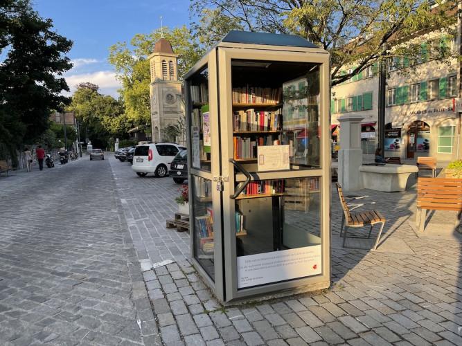 Une cabine téléphonique reconvertie bibliothèque de rue