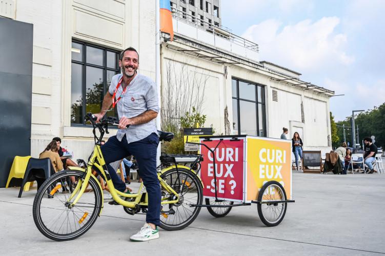 Sur un vélo cargo, un auteur à la rencontre des habitants