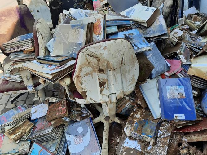 Inondations : une bibliothèque dévastée, vidée... en gardant le sourire