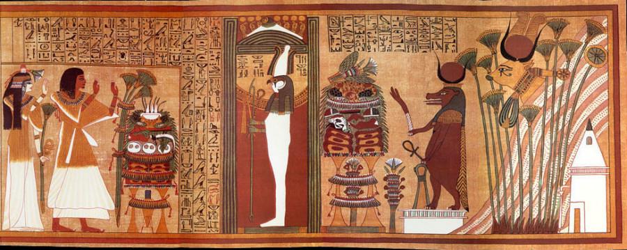 La momie Petosiris rhabillée de ses habits funèbres