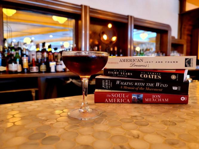 Sirotez du vin en lisant un livre : un bar-librairie unique