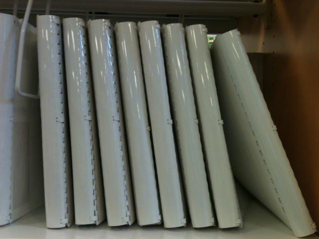 8 volumes en braille, reliés, et alignés dans une étagère de la médiathèque Valentin Haüy