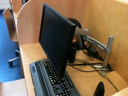 Afficheur braille et clavier, surmontés d'un écran d'ordinateur