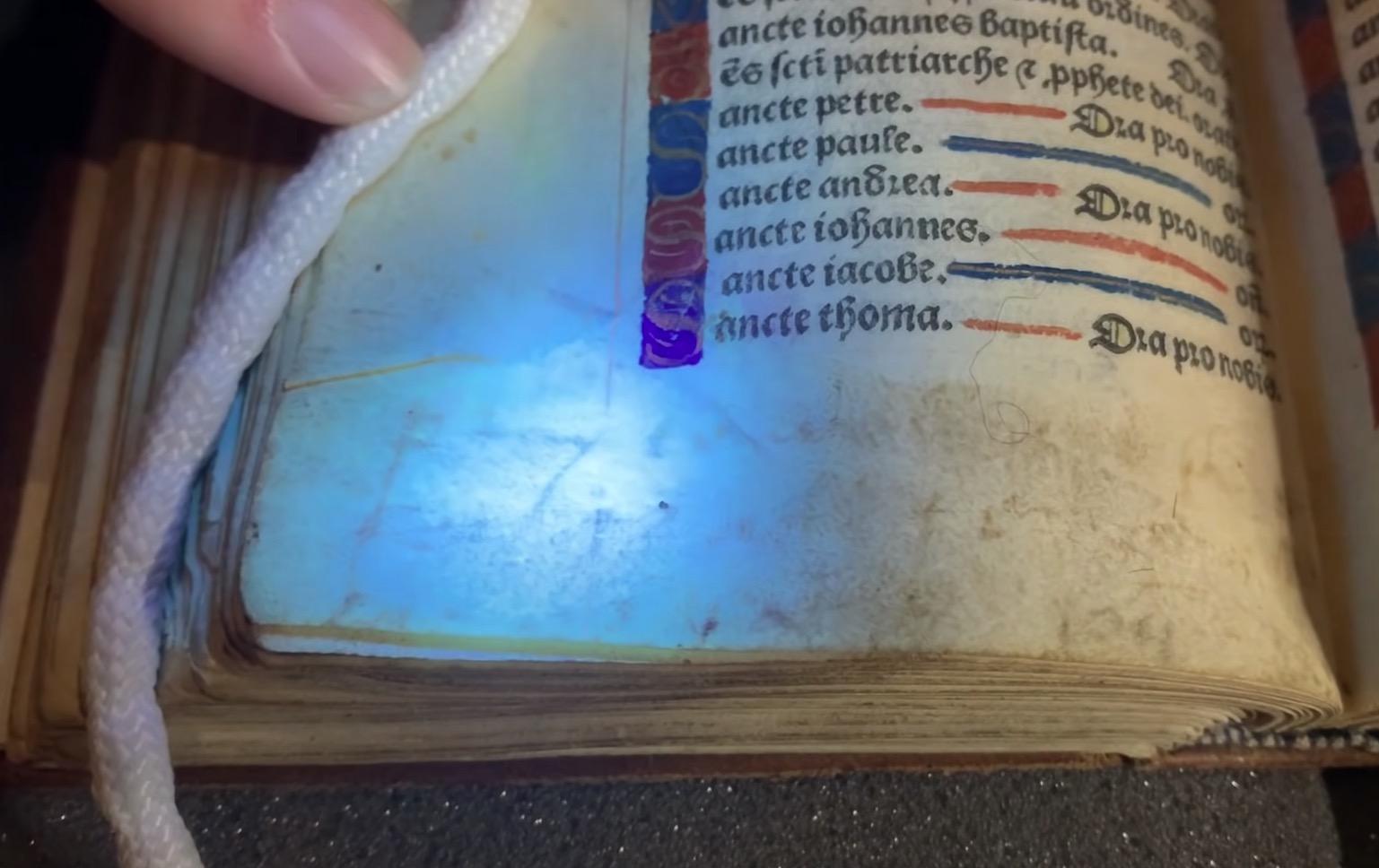 Des inscriptions secrètes découvertes dans le livre d'heures d'Anne Boleyn