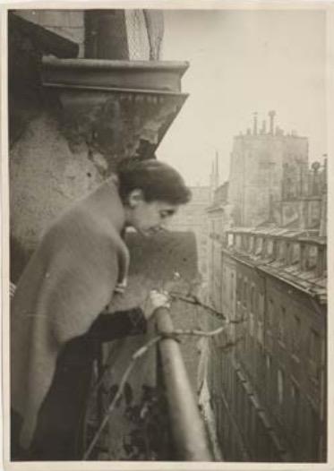 Louise-Denise Germain à son balcon de la rue Séguier, Paris, 1925